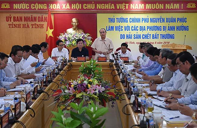 Thủ tướng Nguyễn Xuân Phúc làm việc với các địa phương bị ảnh hưởng do hải sản chết bất thường. Ảnh: VGP.