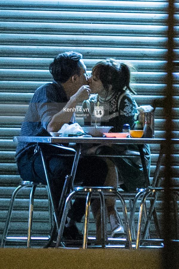 Hình ảnh Trấn Thành - Hari Won đi ăn đêm và hôn nhau đang gây xôn xao dư luận.