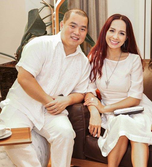Nhạc sỹ Minh Khang luôn có mặt hộ tống vợ tại các sự kiện lớn nhỏ. Sau khi tham gia chương trình Bố ơi mình đi đâu thế?, ông xã Thúy Hạnh đã trở thành một trong những ông bố lý tưởng được đông đảo bà mẹ bỉm sữa yêu mến.