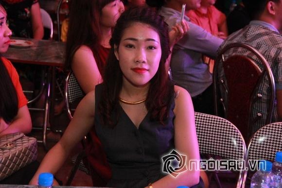 Khuôn mặt rạng ngời hạnh phúc khó che giấu của cô dâu mặc dù vừa phải di chuyển một quãng đường khá xa từ Quảng Ninh tới Hưng Yên.