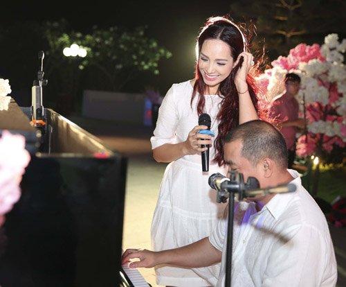Vợ chồng cựu người mẫu nhận được sự cổ vũ nồng nhiệt từ các quan khách khi kết hợp vừa đàn vừa hát tại buổi tiệc.