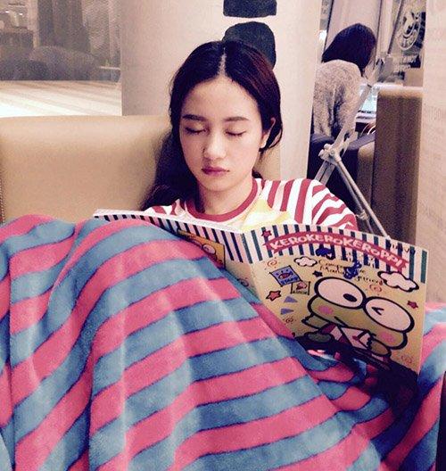 Hot girl Jun Vũ (Vũ Phương Anh) ngủ quên ở một quán cà phê vì mải mê học hành.