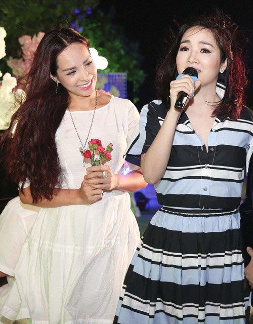 Hoa hậu Đền Hùng - Giáng My cũng tự tin khoe giọng hát với phần đệm đàn của ông xã Thúy Hạnh.