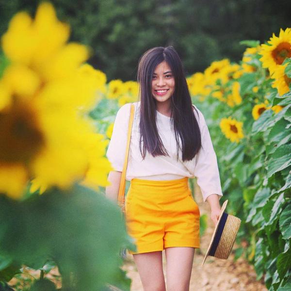 Túc Ngân là học sinh chuyên Pháp. Hiện tại cô nàng đang học ở Paris.