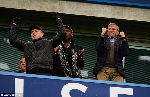 Ông chủ Chelsea chắc hẳn không hề vui với lần đứng đầu BXH này.