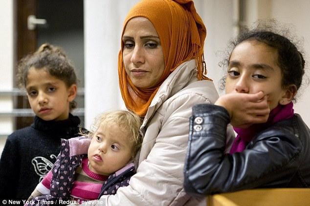 Samar cùng 3 con gái vất vả lặn lội từ Syria tới Berlin.