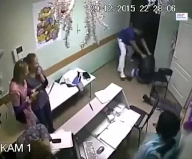 Rồi lại quay qua chiến đấu với người đàn ông đi cùng bệnh nhân.