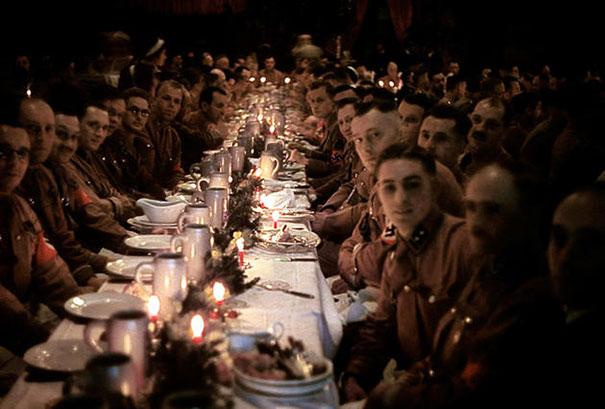 Bữa tiệc Giáng Sinh năm 1941 của các quan chức thuộc Đức quốc xã. Hitler làm chủ bữa tiệc này.