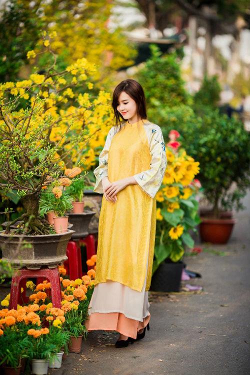 Diện áo dài màu vàng kết hợp sắc trắng và hoa văn đơn giản, hot girl Sài thành khoe vẻ đẹp sang trọng và dịu dàng