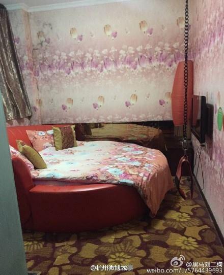 """Căn phòng tình yêu được trang bị cả roi da, dây thừng và các """"tiện ích"""" khác để đáp ứng nhu cầu """"đặc biệt"""" của khách thuê phòng."""