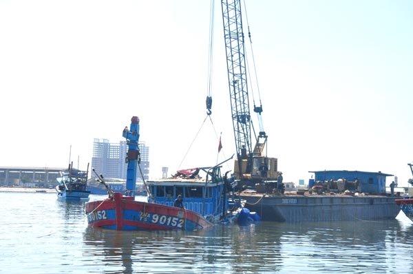 Trục vớt tàu ĐNa 90152 lên đà Hợp tác xã Bắc Mỹ An vào tháng 5.2014. (Ảnh Đình Thiên).