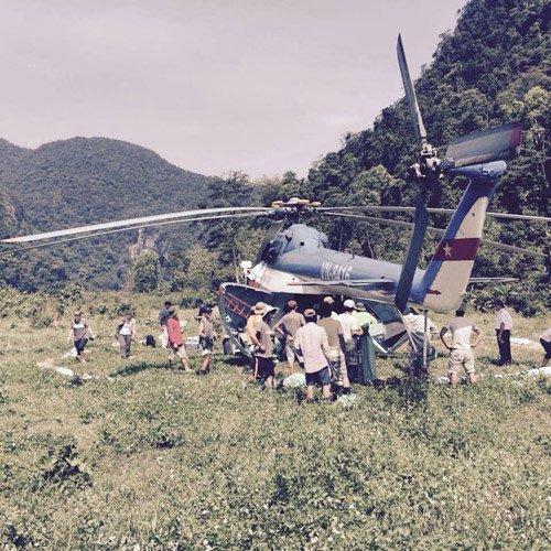 Một máy bay chở các thiết bị đến địa điểm quay.