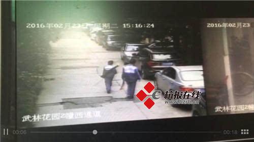 Hình ảnh hai tên thủ phạm còn mặc áo đồng phục nhà trường được camera giám sát ghi lại.