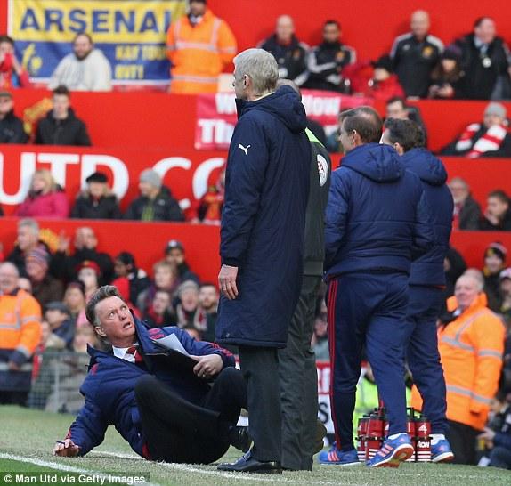 Wenger rõ ràng không thích trò này của Van Gaal chút nào, nhưng NHM Quỷ đỏ thì rất khoái, cũng vì đang dẫn trước quá hấp dẫn!
