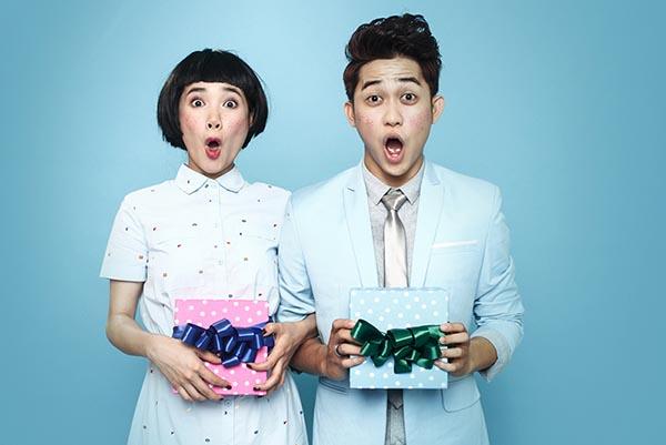 Cả hai trông thật xì-tai với phong cách ngọt ngào trong gam màu xanh pastel. Đặc biệt, gương mặt cả 2 trở nên ấn tượng khi được trang điểm giả tàn nhang.