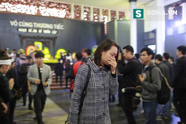 Rất nhiều người không kìm nén được cảm xúc đau buồn mà bật khóc.