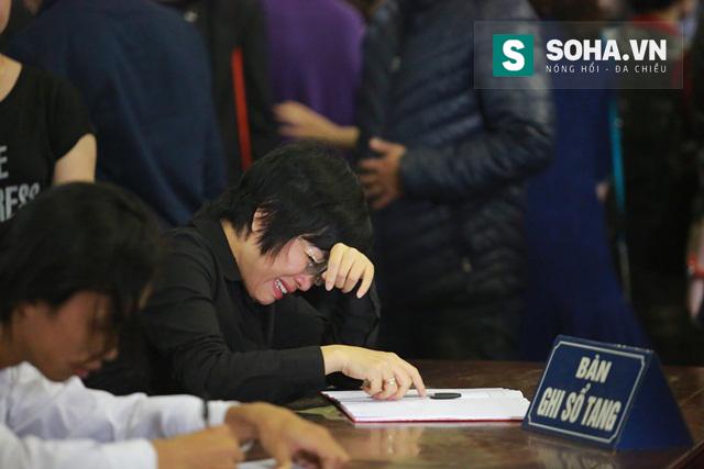 Sau khi nhìn mặt Trần Lập lần cuối, MC Thảo Vân lại không cầm được lòng khi viết những dòng tiễn biệt cuối cùng vào sổ tang.