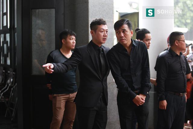 Dù rất đau xót nhưng MC Anh Tuấn vẫn quán xuyến hết mọi việc giúp vợ con Trần Lập trong tang lễ.