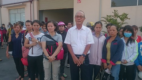 Các nữ công nhân Tango Candy đứng sát cánh bên ông giám đốc Hirosuke.