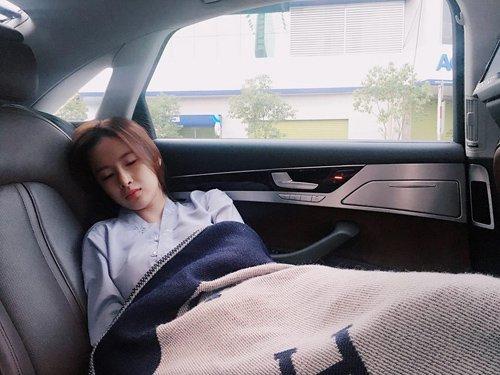 Angela Phương Trinh tự tin khoe ảnh bị chụp lén xinh như thiên thần khi mình ngủ quên trên xe ô tô trên đường tới chùa Bà Thiên Hậu (Bình Dương) để lễ Phật.