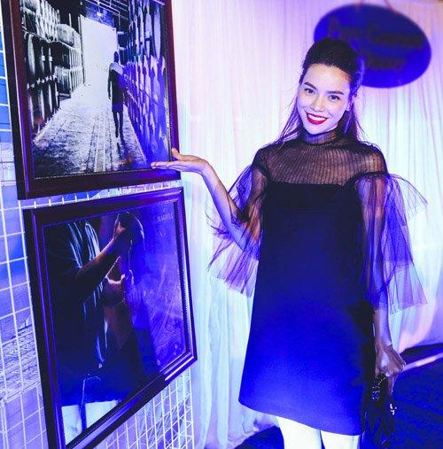 Tối qua (27.3), Hồ Ngọc Hà thu hút khá nhiều sự chú ý khi xuất hiện với đầm đen, phối voan mỏng khoe vẻ đẹp gợi cảm tại một sự kiện ở TP.HCM.