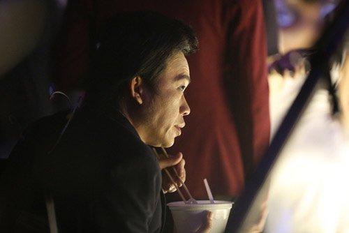 Hoài Linh ăn vội trong chương trình