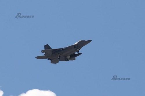 F-22 dài 18,9m, sải cánh 13,6m, cao 5,10m, trọng lượng rỗng 19,7 tấn, trọng lượng cất cánh tối đa 38 tấn.   Máy bay trang bị 2 động cơ phản lực cánh quạt đẩy có buồng đốt phụ Pratt & Whitney F119-PW-100 tích hợp bộ phận điều chỉnh hướng phụt, cho phép đạt tốc độ tối đa khoảng Mach 2 (tương đương chừng 2.400km/h), bán kính tác chiến 759km (mang đủ vũ khí).