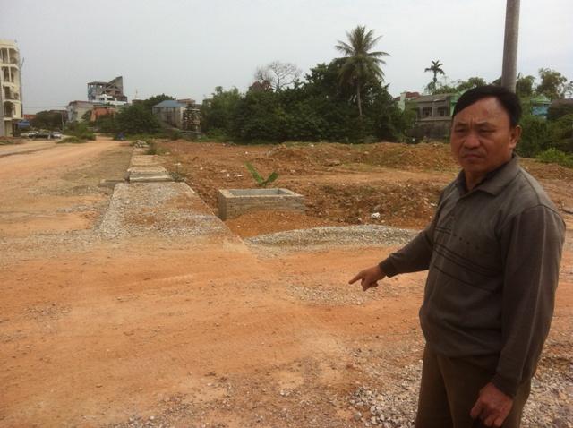 Trong khi hạng mục đường 1,5km chưa làm xong, chủ đầu tư đã chia lô, phân nền hai bên để bán khiến người dân bị thu hồi đất thêm bức xúc.