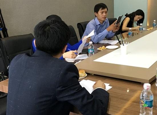 Những bức ảnh của Hạ Vi tại một buổi họp của công ty doanh nhân Quốc Cường.