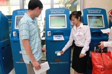 Hành khách chỉ cần nhập mã code, thông tin chi tiết sẽ được in ra để hành khách lên máy bay; những kiốt này được Vietnam Airlines bố trí bên trái cửa D1 (5 máy), Vietjet Air đối diện cửa D2 (5 máy) để hành khách tự sử dụng.