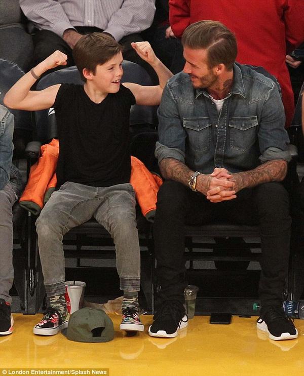 Mới 11 tuổi nhưng Cruz đã rất ra dáng đàn ông. Cậu bé ăn mặc sành điều không kém anh trai Romeo và bố Becks.