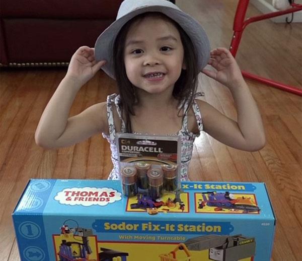 Nhiều công ty đã gửi đồ chơi miễn phí cho họ chỉ để chúng có thể xuất hiện trong các video của các con Mark