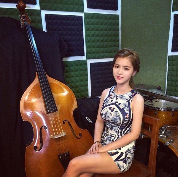 Larine sở hữu vẻ đẹp không thua các diễn viên, người mẫu là mấy. Cô hiện đang theo học đàn tại một trường nghệ thuật ở Thái Lan.