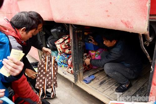 Khu vực chứa đồ của những chiếc xe khách giường nằm quá tải.