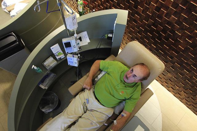 Một bệnh nhân ung thư đang nhận được thuốc Pembrolizumab qua đường truyền tĩnh mạch