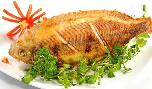 Cá rán ít dầu, chín bằng hơi nước vẫn rất vàng và đẹp mắt
