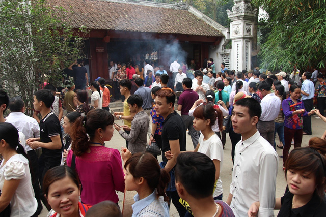 Các đền trong khu di tích lịch sử Đền Hùng trong sáng nay đều chật kín người.