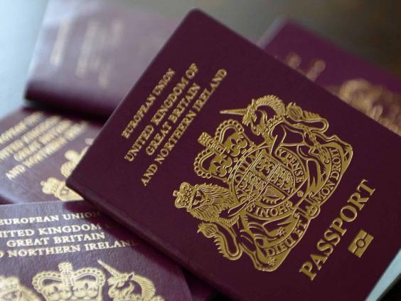 Hộ chiếu của Vương quốc Anh mang biểu tượng chú sư tử đặc trưng.