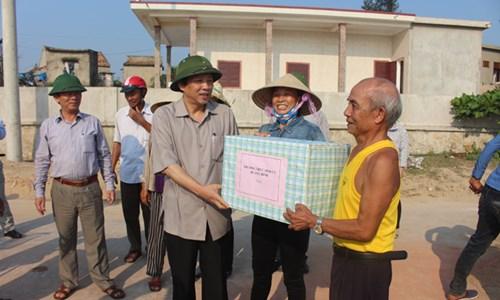Bí thư Tỉnh ủy Quảng Bình tặng quà ngư dân.
