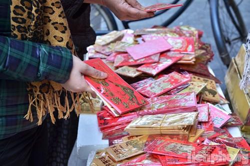 Trên phố Hàng Ngang - Hàng Đào những cửa hàng bán bao lì xì tấp nập người mua. Giá của mỗi chiếc bao lì xì dao động từ 5.000-10.000 đồng.