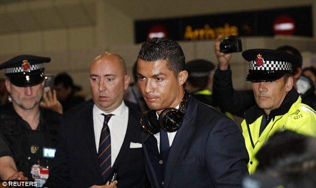 Sau khi máy bay hạ cánh xuống Manchester, Ronaldo và các đồng đội đã được các nhân viên an ninh hộ tống ra xe bus.