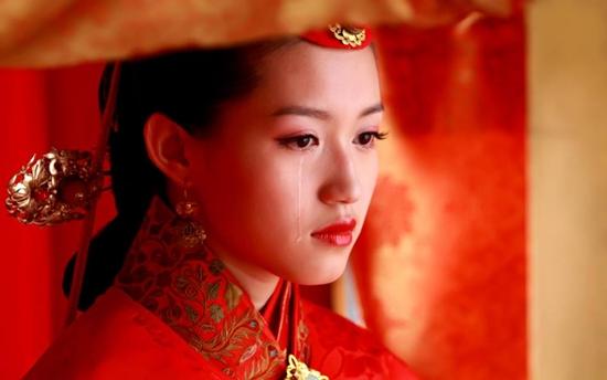 Vẻ thê lương của Lý Minh Quyên (Tô Thanh) trong Khuynh thành tuyết khi phải làm vợ lẽ.