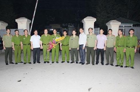 Chủ tịch UBND huyện Tĩnh Gia và đại diện lãnh đạo ban quản lý KKT Nghi Sơn trao thưởng cho Ban chuyên án.