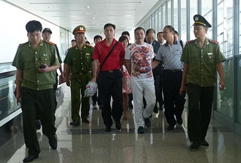 Công an Việt Nam tiếp nhận một đối tượng có lệnh truy nã do Interpol bàn giao.