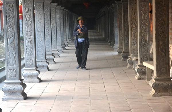 Thấy PV đi khỏi, người đàn bà nhanh chân quay trở lại cổng chùa.