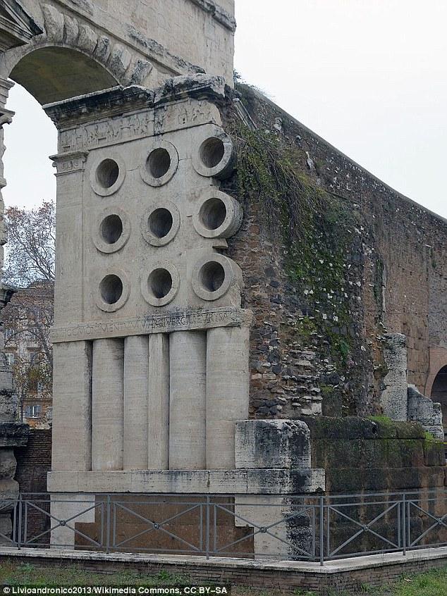 Phần trên của mộ kiêm đài tưởng niệm của ông Marcus Vergilius Eurysaces được xây dựng mô phỏng theo lò nướng bánh do ông phát minh ra