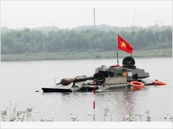 Pháo binh huấn luyện thực hành vượt chướng ngại nước.