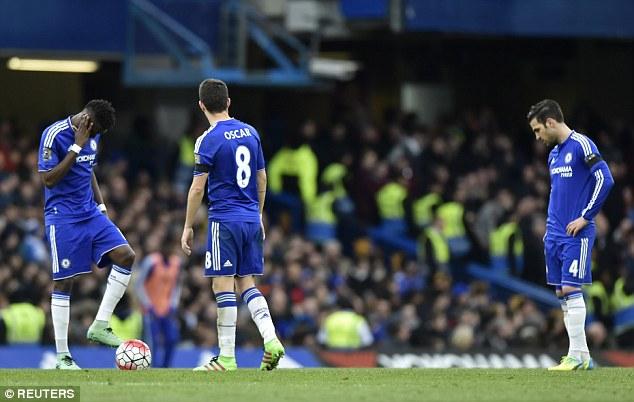 Những cái cúi đầu buồn bã ở Chelsea.