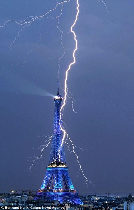 Tháp Eiffel lại trúng sét.