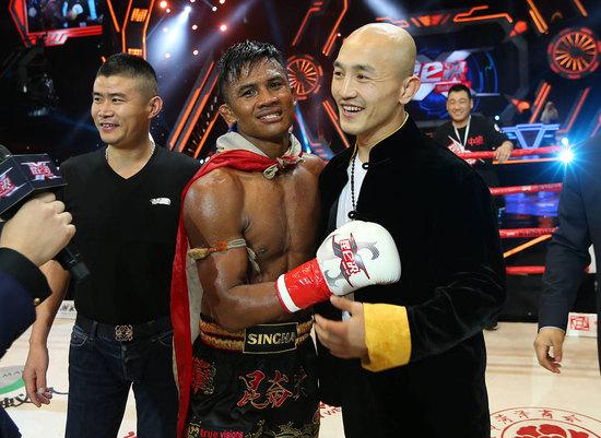 Không biết Yi Long sẽ có cảm nghĩ gì đằng sau nụ cười này khi chứng kiến những màn hủy diệt của Buakaw?